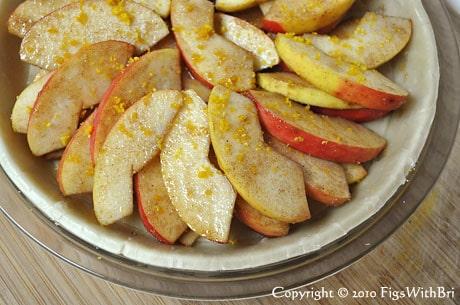 sliced cinnamon sugared apples in pie crust